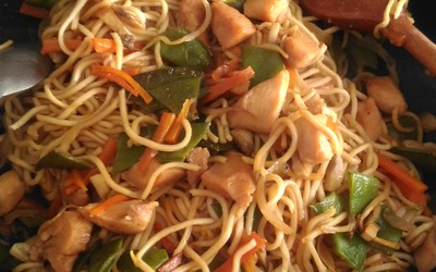 Poêlée de nouilles aux légumes et poulet