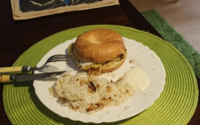 Bagel aux galettes de pommes de terre de légume