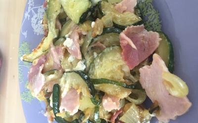 Poêlée de courgettes, oignons, jambon et feta