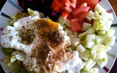 Oeuf au plat et légumes frais