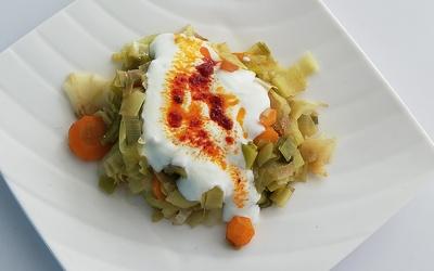 Poireaux fondant aux carottes sauce yaourt