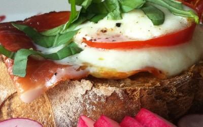 Tartine jambon de pays, mozza et tomate