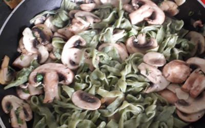 Tagliatelles épinard et champignons rôties