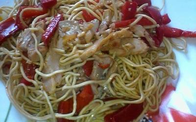 Nouilles chinoises, poivron et poulet grillé