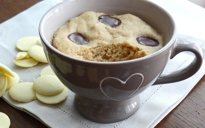 Mug cake au chocolat blanc, rhubarbe et noisettes