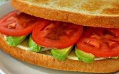 Sandwich à l'avocat et au tofu