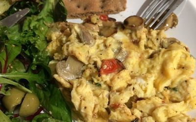 Oeufs brouillés au fromage et champignons