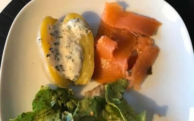 Pommes de terre sauce à l'ail et saumon fumé