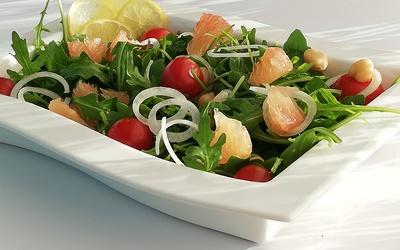 Salade composée avec de la roquette