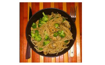Pâtes complètes, brocolis et champignons.