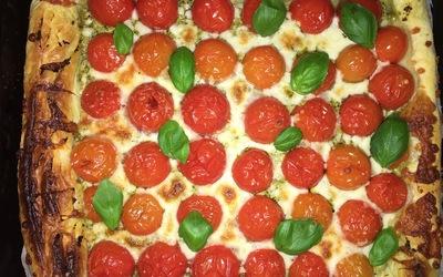 tarte pesto, tomates cerises, mozza