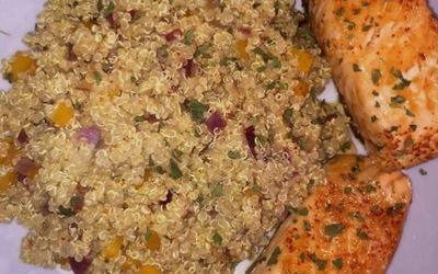 Pavé de saumon grillé et quinoa poivron oignon