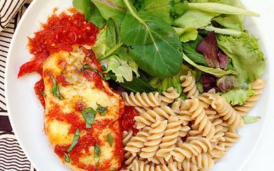 Poulet à la mozzarella et sauce tomate