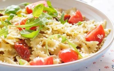 Salade de pâte au poulet et tomates