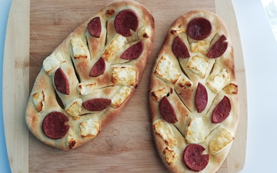 fougasse au sucuk et fromage