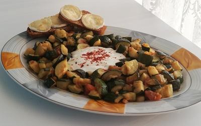 Courgettes au yaourt et avec ses tartines grillées