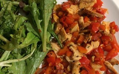 Poêlée d'émincés de poulet - poivrons - tomates.