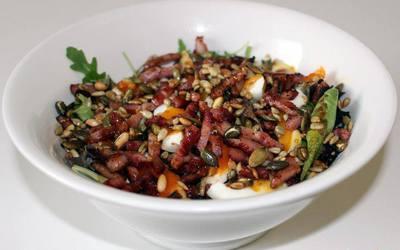 Salade aux lardons grillés & oeufs mollets
