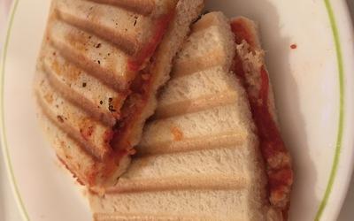 Croque Monsieur au thon et à la sauce tomate