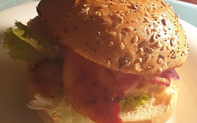 Burger au poulet pané et bacon