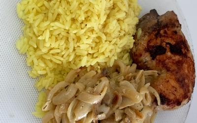 Riz curry et poulet sauce moutarde aux oignons