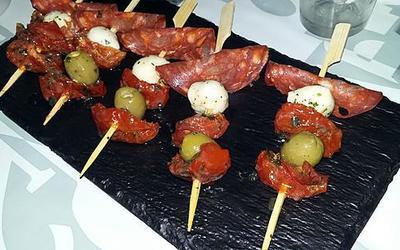 Tapas brochettes de chorizo/Mozza/tomates confites