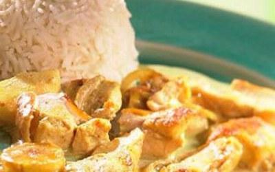 Poulet au curry et ses légumes accompagné de riz