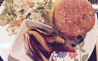 Burger maison pur bœuf, salade et potatoes