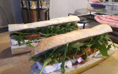 Sandwich au brie, bacon, roquette et cranberries