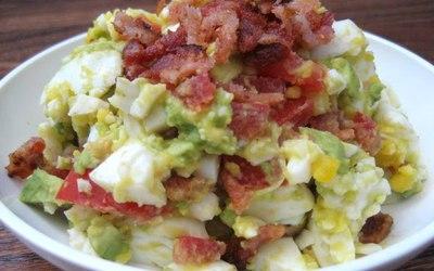 Salade de bacon, oeufs, avocats et tomates
