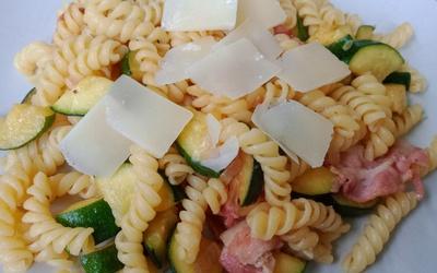 Pâtes courgettes lard et parmesan