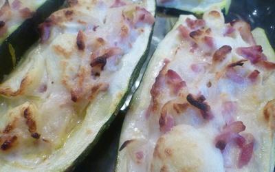 Courgettes farcies à la crème et aux lardons