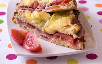 Croque monsieur au camembert et au jambon