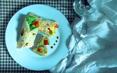 Wrap au curry, purée d'avocat et blanc de dinde.
