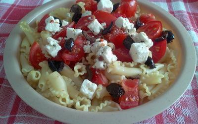 Salade de pâtes aux tomates, féta, olives