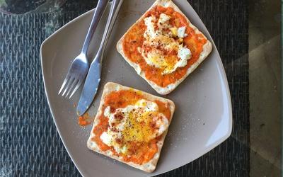 Tartine de poivronade avec œuf poché