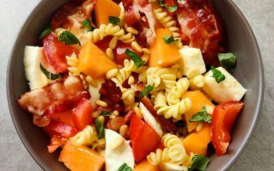 Salade d'été au melon et bacon grillé