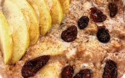 Porridge pomme fondante-cannelle-cranberries