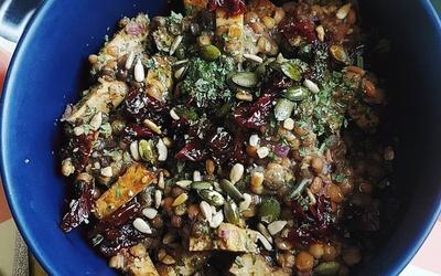 Salade de lentilles tièdes au tofu fumé