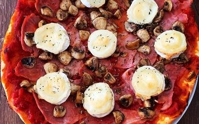 Pizza chèvre, jambon et champignons