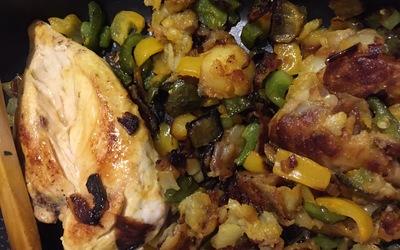 Rondelles de patates sautées, poulet et poivrons