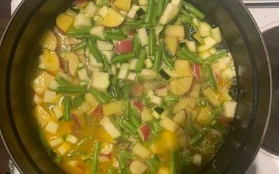 Soupe de légumes d'été au pesto