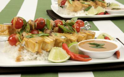 Brochette de tofu avec sauce aux arachides
