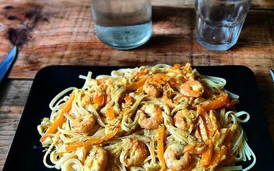 Spaghetti aux crevettes au curry et aux poivrons