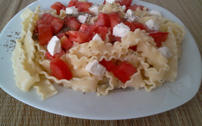 Salade de pâtes, mozza, basilic, tomates