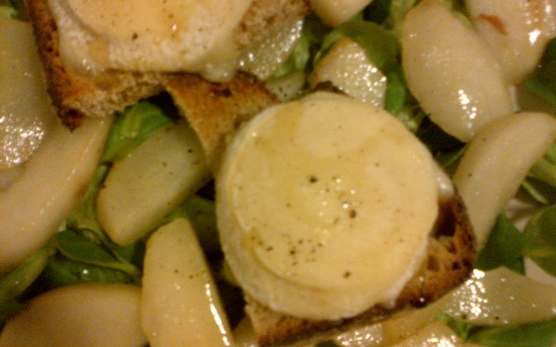 Salade de chèvre et poires caramélisées