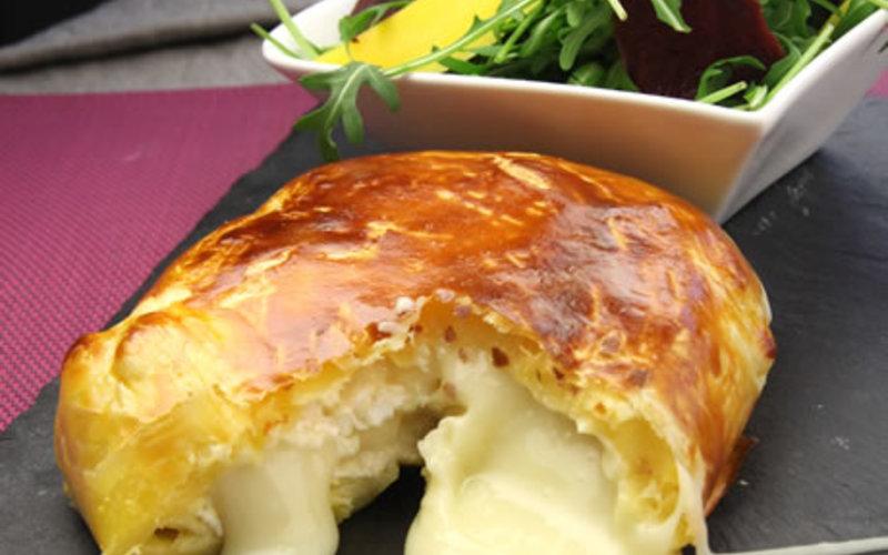 Camembert en croûte, salade mélangée.
