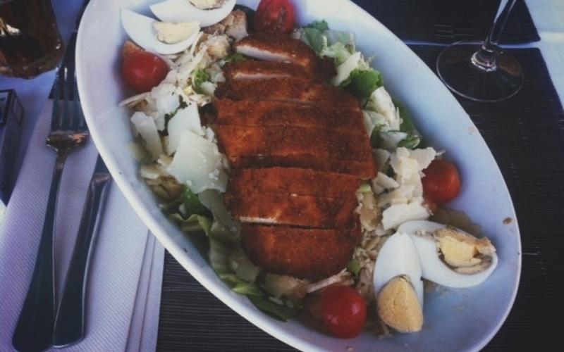 Salade César de poulet croustillant
