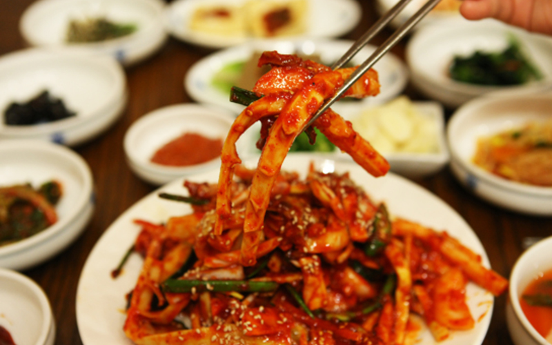 Ojingeo-Bokkeum (calamars piquants à la coréenne)