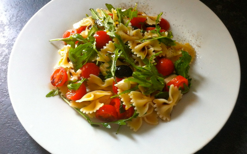 Recette salade de p tes olives tomate mozza pas ch re et facile cuisine tudiant - Salade de tomates simple ...